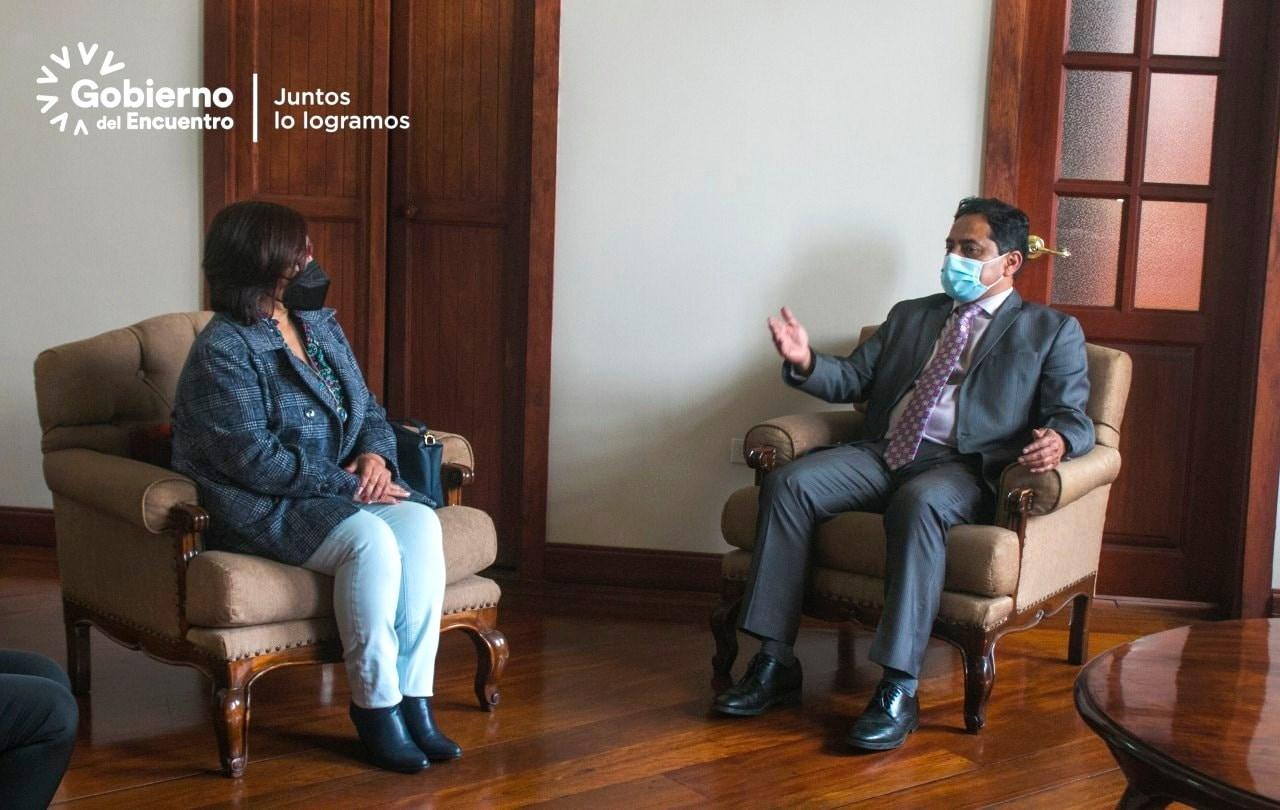 El Gobernador de Tungurahua, Ing. Fernando Gavilanes, junto con Ximena Loroña, Coordinadora Zonal 3 del Ministerio de Educación, Riber Donoso, Director Distrital Ambato 2, y Paulina Salazar, Directora Distrital Ambato 1, coordinan el desarrollo del próximo año lectivo